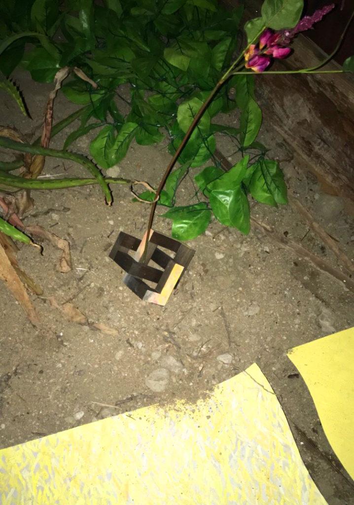 散らばった神棚の屋根の一部